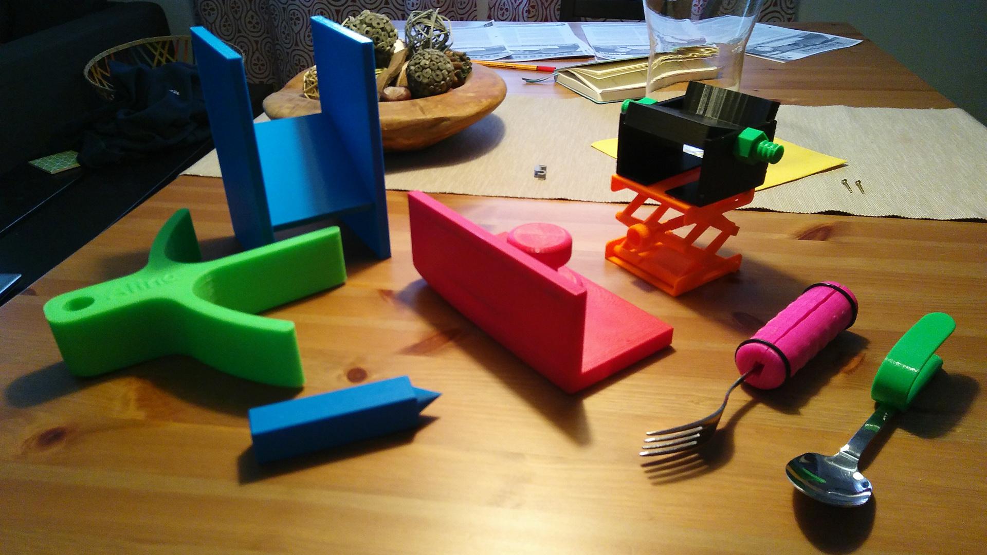 Auf einem Küchentisch liegen bunte Plastikteile aus dem 3D-Drucker.