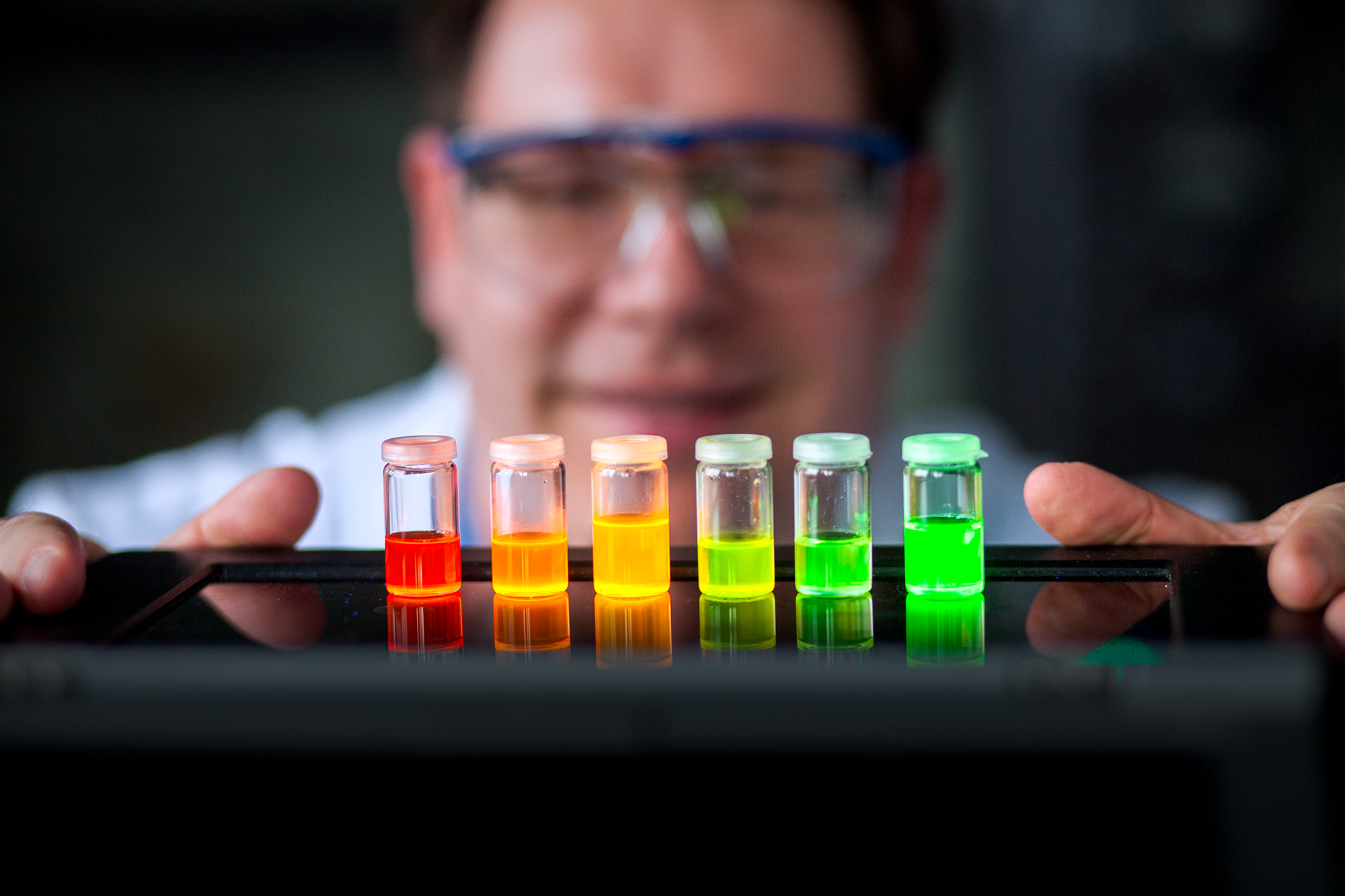 Glasröhrchen mit lumineszierender Flüssigkeit