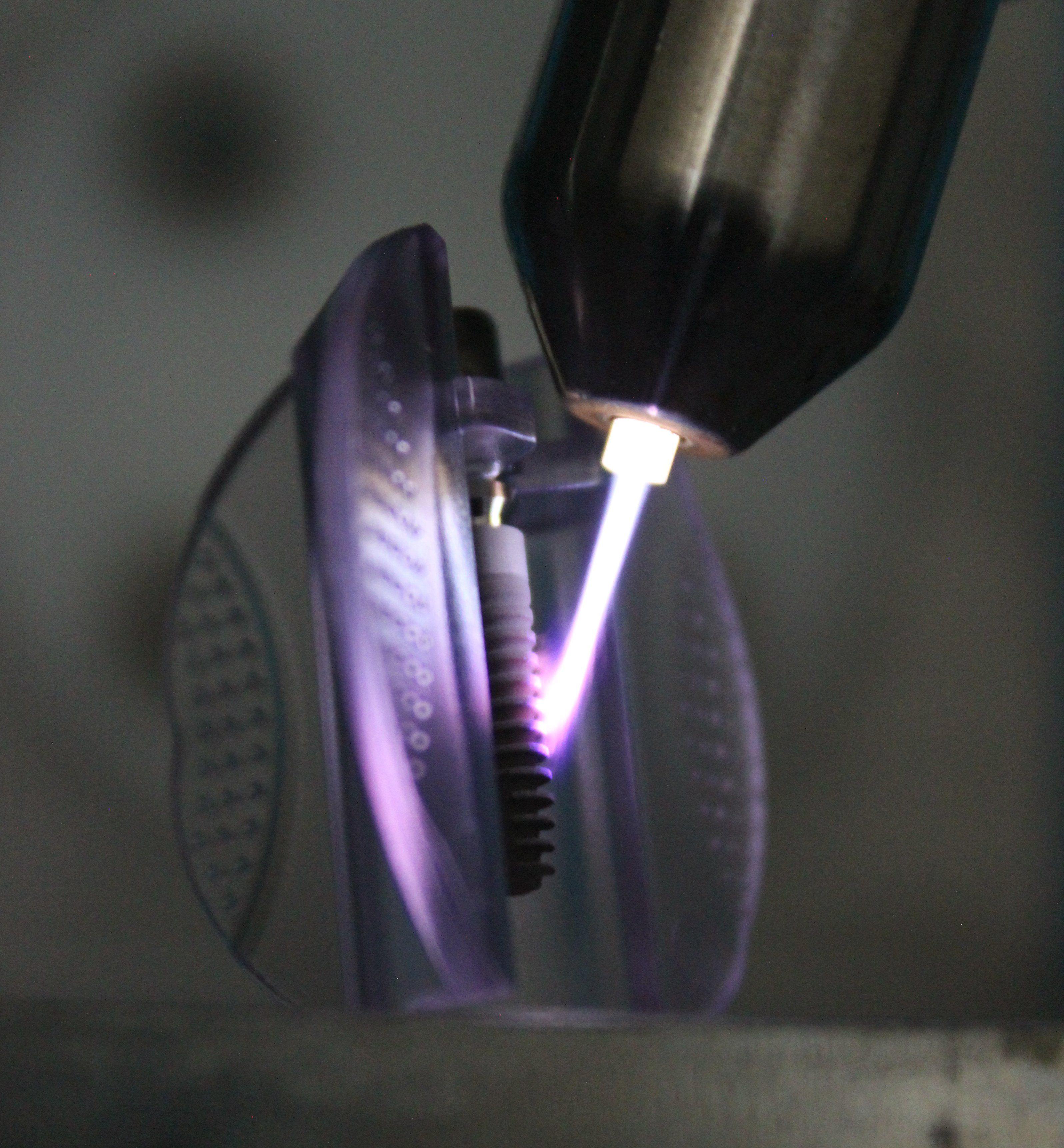 Zahnimplantat wird mit Plasma behandelt.