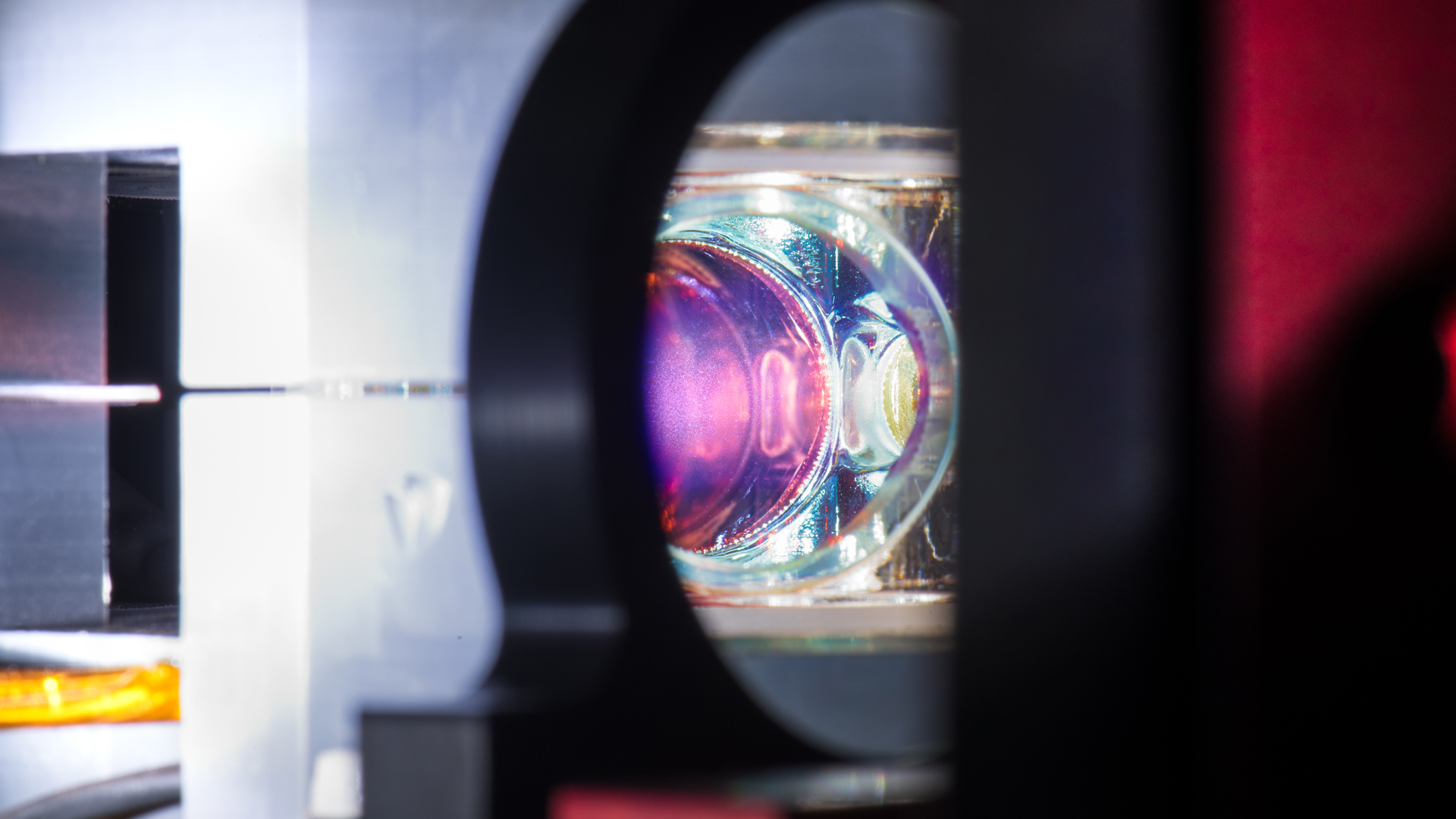 Aufbau mit optischer Linse für Quanten-Experiment