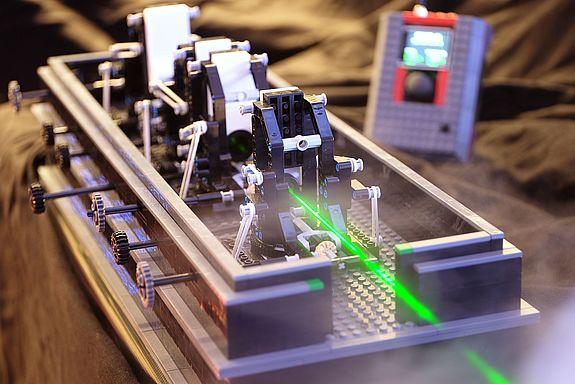 Lego Bauteil mit grünem Laserstrahl