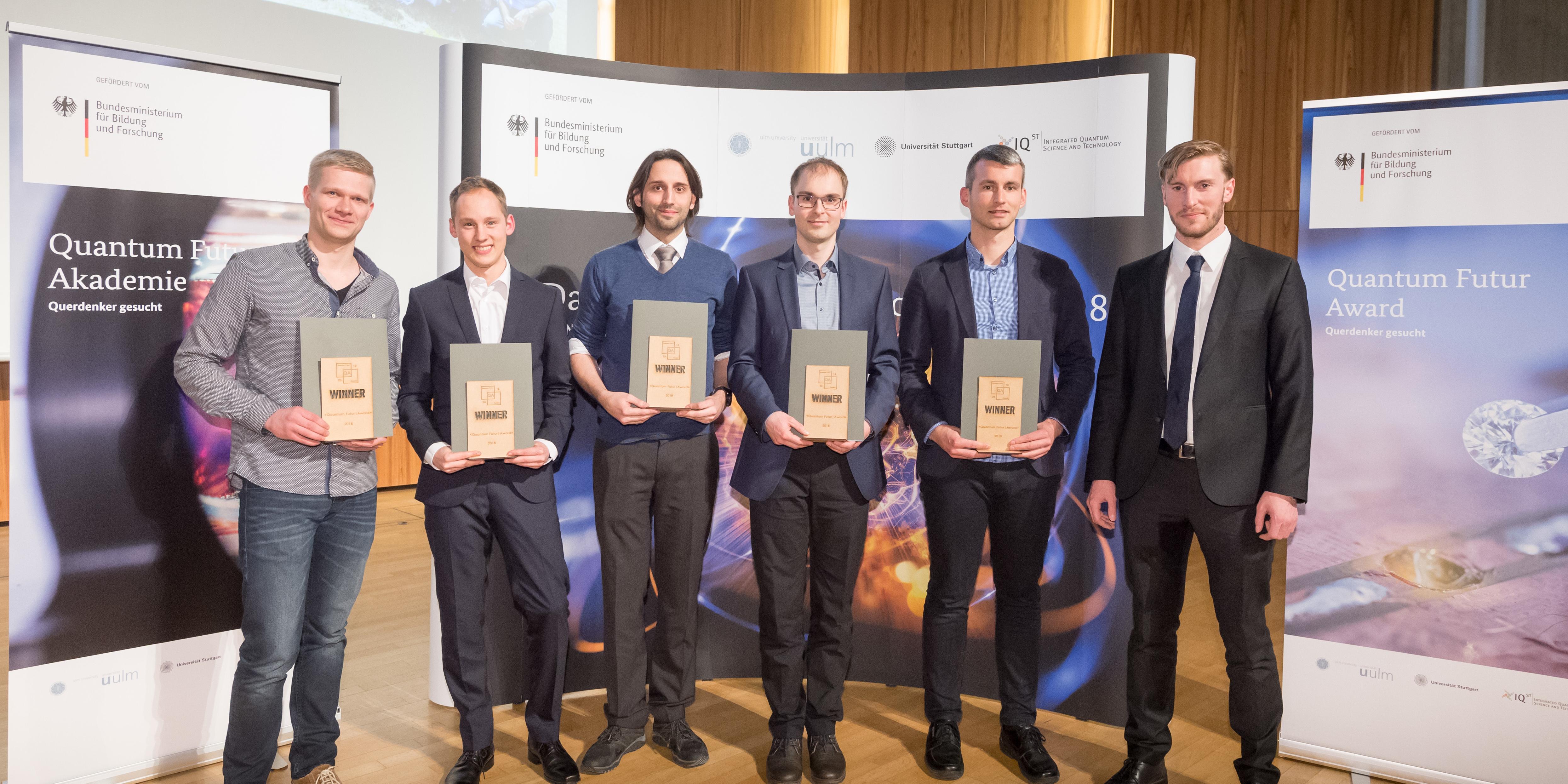 Bild der Quantum Futur-Award Gewinner mit Benedikt Weiler vom BMBF