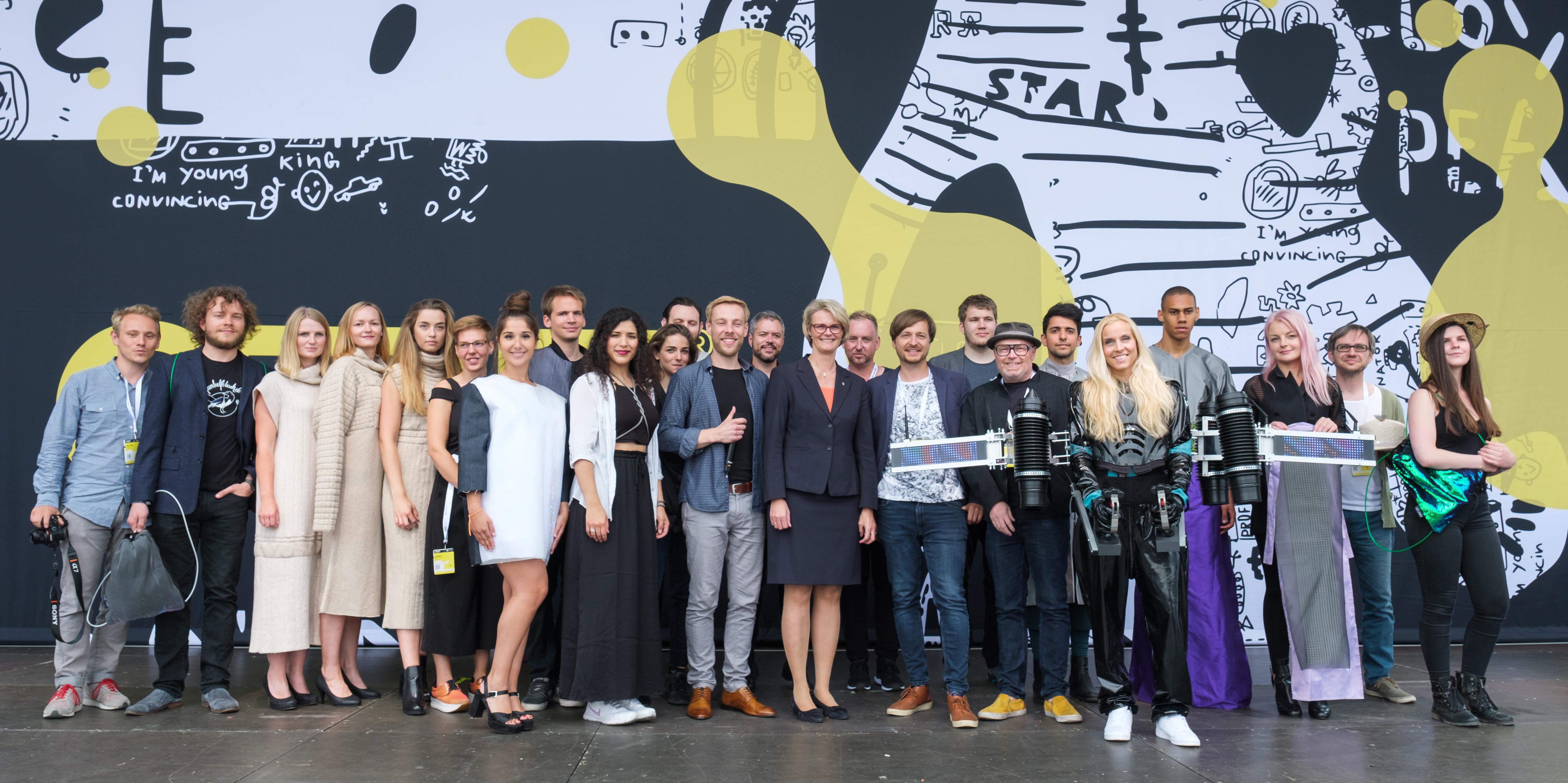 Gruppenbild mit Bundesforschungsministerin Anja Karliczek und den Wearable Tech Designern auf der CEBIT Festival Stage