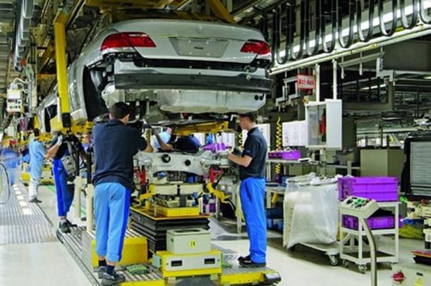Arbeiter bei der Automontage