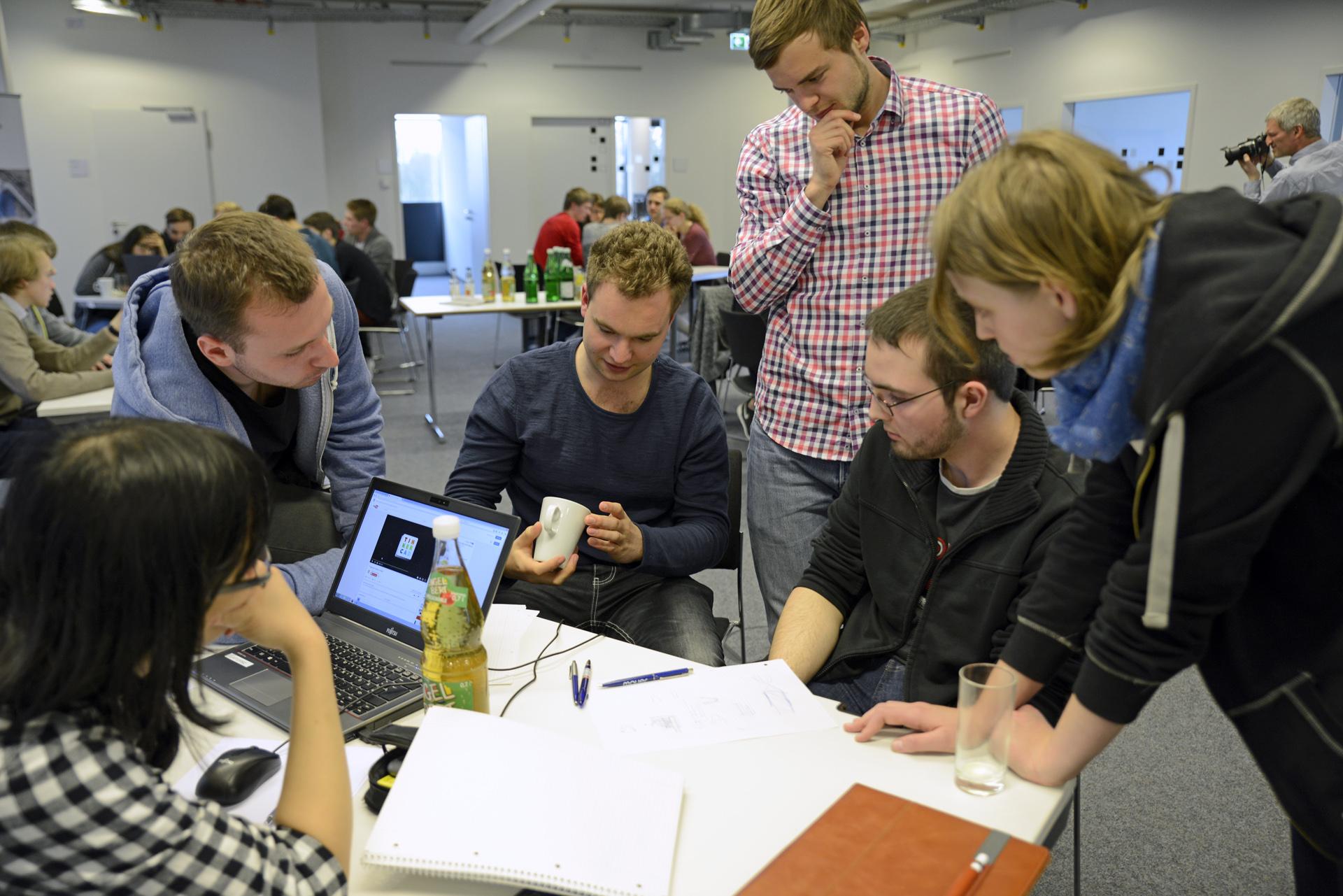 3D-Drucker Vorbereitungen: Sechs grübelnde Studierende