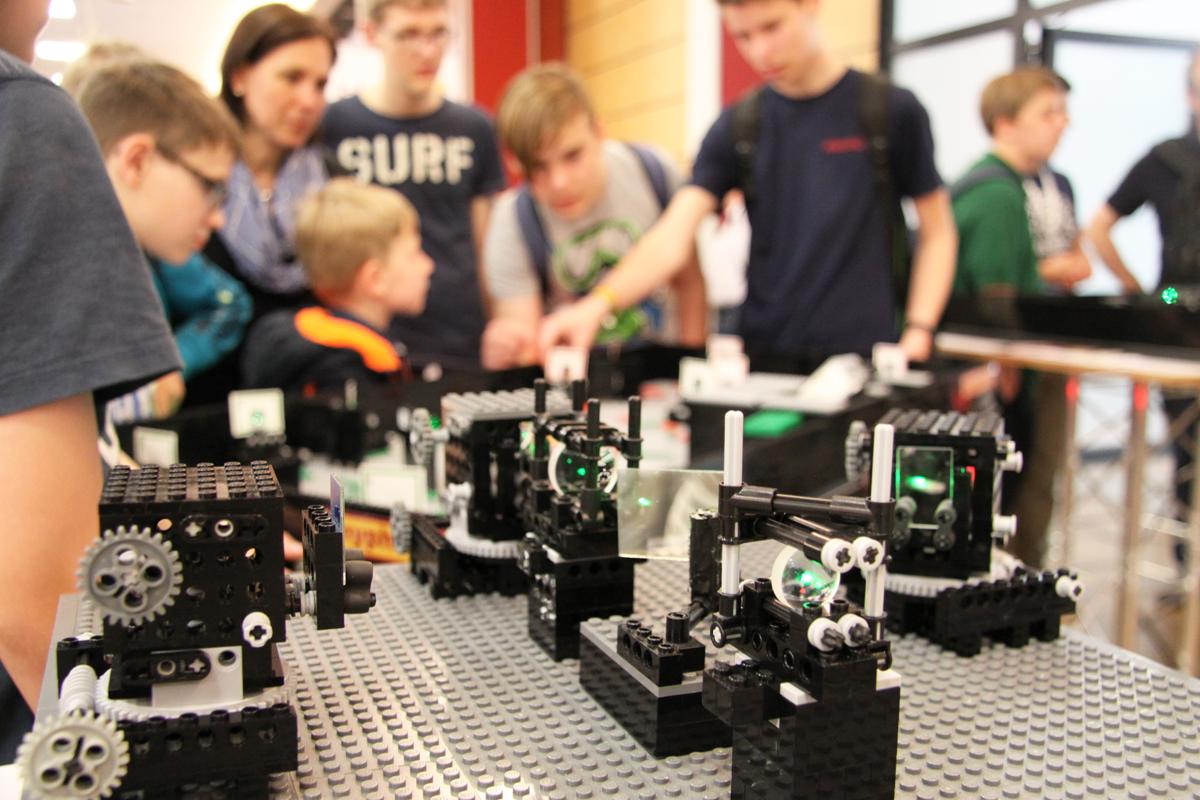 Interferometer-Aufbau, bis auf den Laser und die Optiken ist alles aus Legosteinen gebaut