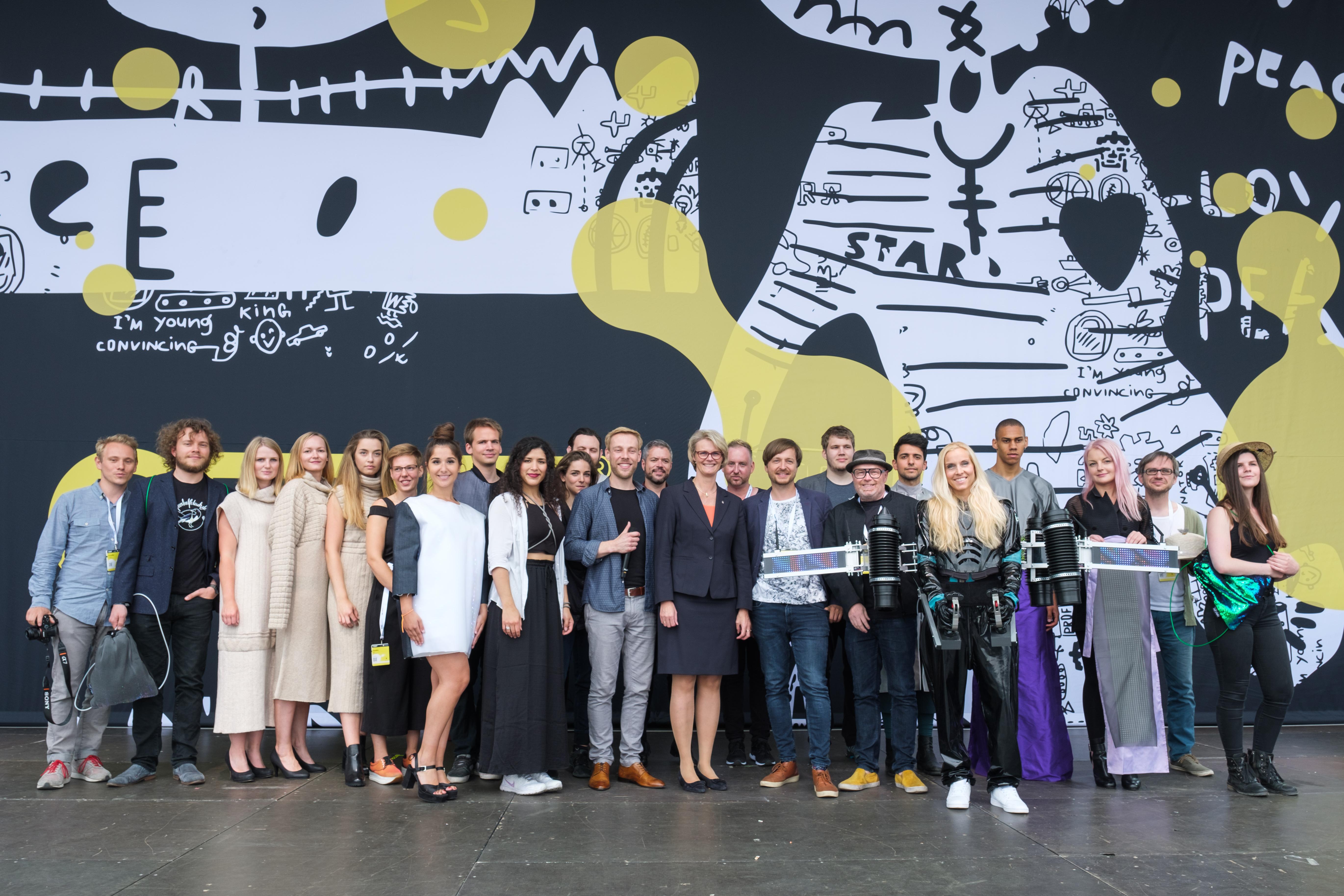 Gruppenbild der Wearable Tech Designer mit Bundesforschungsministerin Anja Karliczek