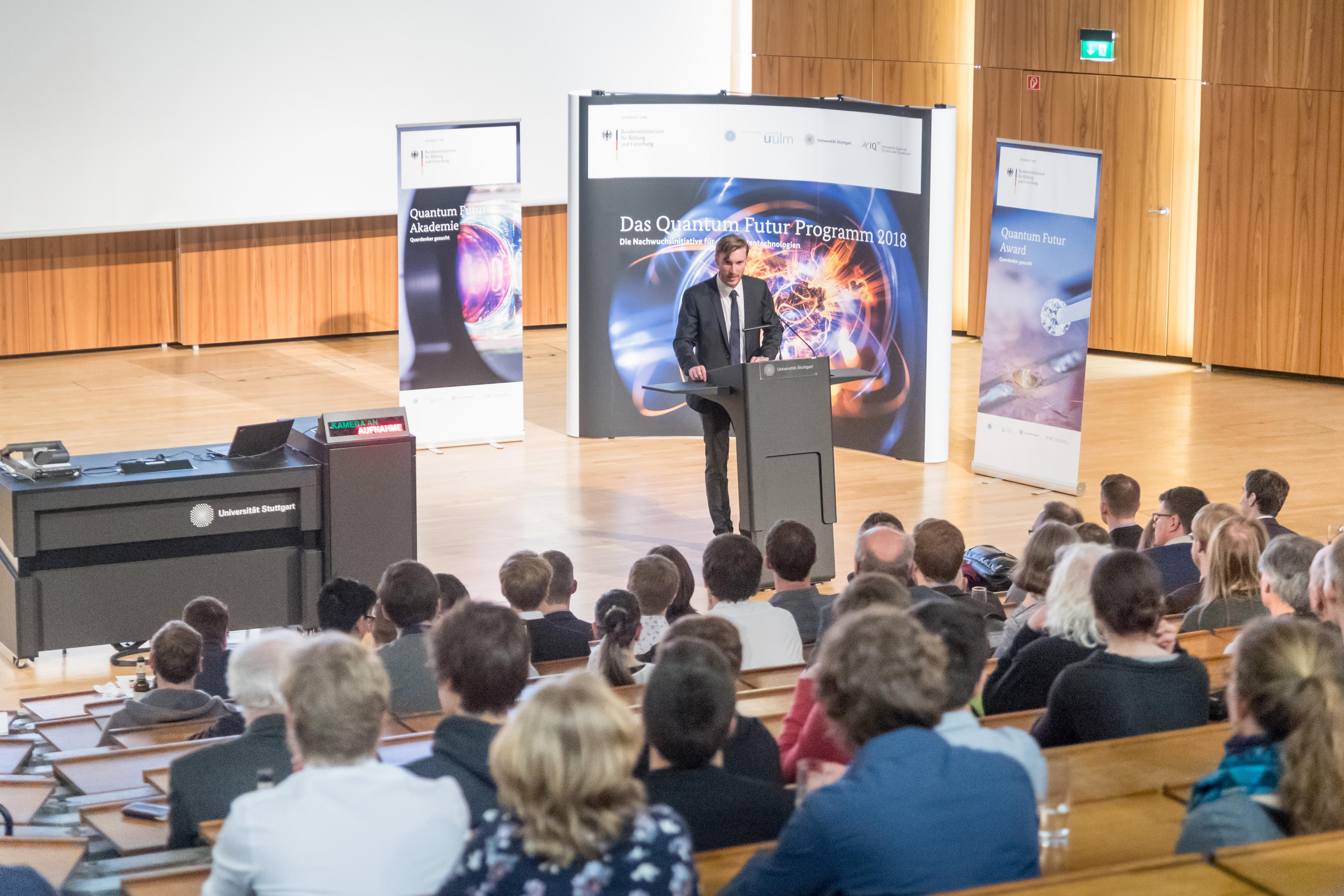 Dr. Benedikt Weiler spricht vor einem vollen Hörsaal